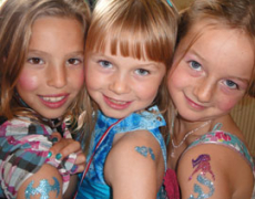 Airbrush tattoos, glitter tattoos, henna tattoos, flash tattoos: what's the difference?